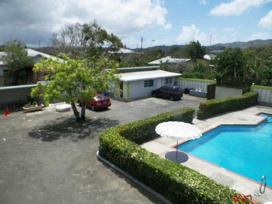 Cocrico Inn: Carpark/pool area