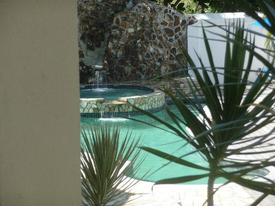 Villa Beach Cottages: Waterfall at the main pool and jacuzzi