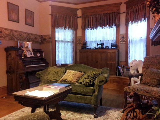 Philip W. Smith Bed and Breakfast: The parlor