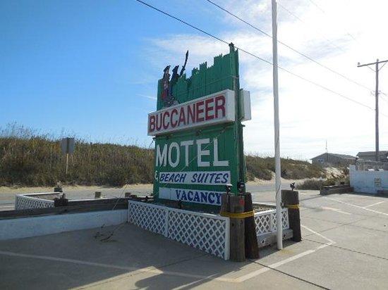 Buccaneer Motel & Beach Suites: Beach Road Sign