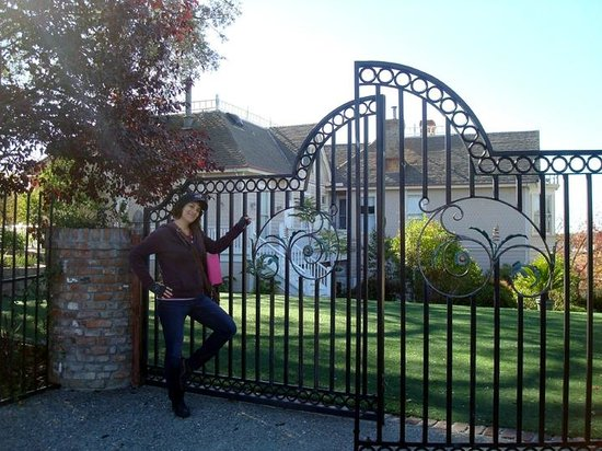 Power's Mansion Inn: At the gate of the Powers Mansion