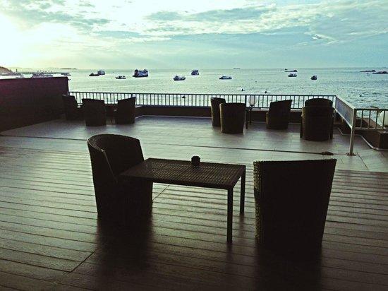 Baywalk Residence Pattaya: 共有スペースから望むビーチ