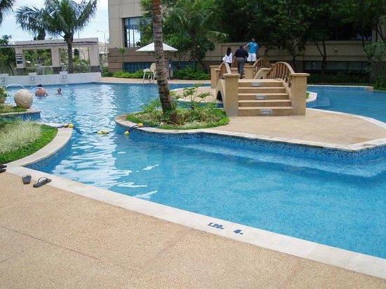 Radisson Blu Cebu: Bridge Over Pool