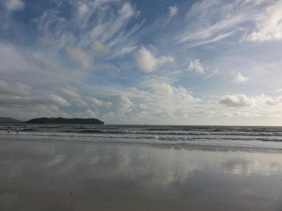 Casa del Mar, Langkawi: 飯店外的海灘景觀