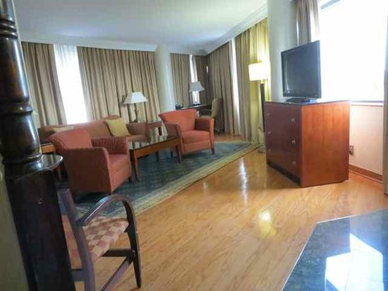 Delta Hotels by Marriott Richmond Downtown: Living area of priority suite