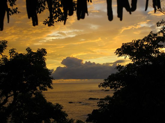 Arenas del Mar Beachfront & Rainforest Resort: Sunset from our balcony
