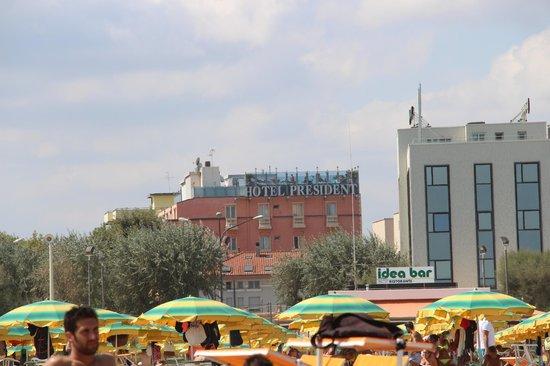 Hotel President: Вид на отель с пляжа