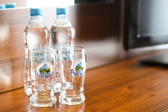 Piaskowy Hotel: woda mineralna w pokojach / free mineral water