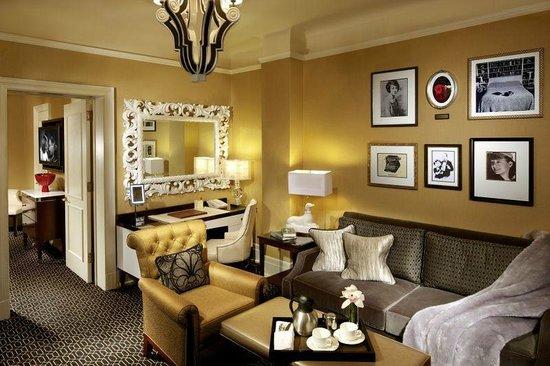 The Algonquin Hotel Times Square, Autograph Collection: Примерно так выглядела комната с диваном. Дверь ведет в комнату с кроватью
