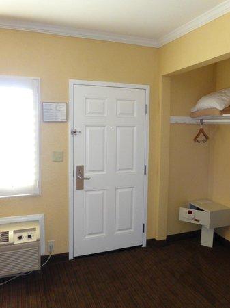 Anaheim Islander Inn and Suites : Entrance/Wardrobe/Safe