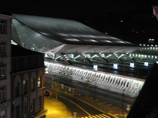 Univers Hotel & Brasserie : Liege Gilimiouns  train station at night -  from the room.