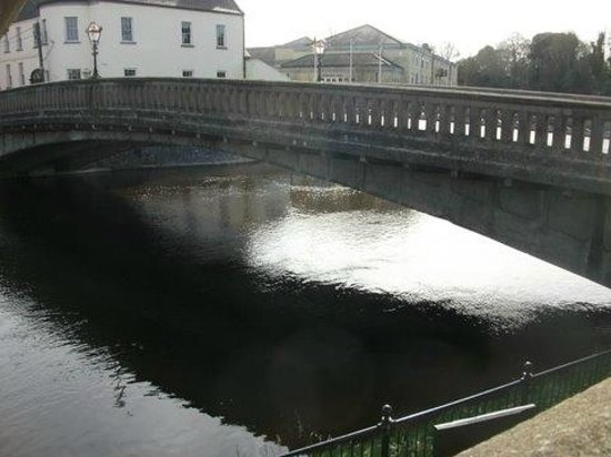 Kilkenny River Court Hotel: View from other side of Bridge very peaceful