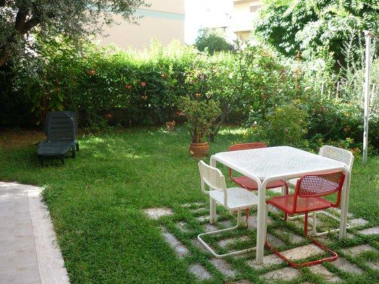 Il Giardino Casamari B&B : Garten mit Sitzmöglichkeiten
