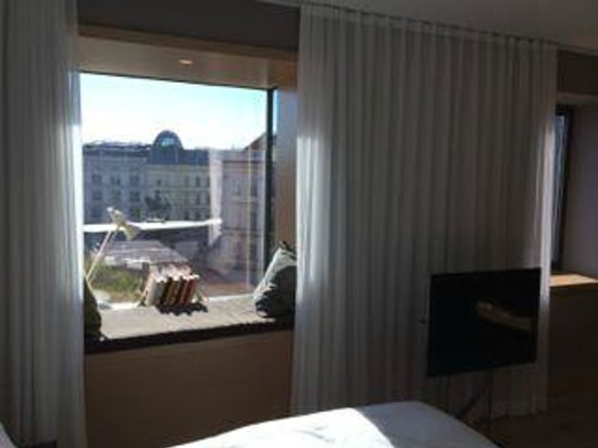 The Guesthouse Vienna: Bay window with a great place to sit, read or just watch the city go by