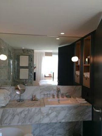 The Guesthouse Vienna: Bathroom with bathtub and walk-in shower