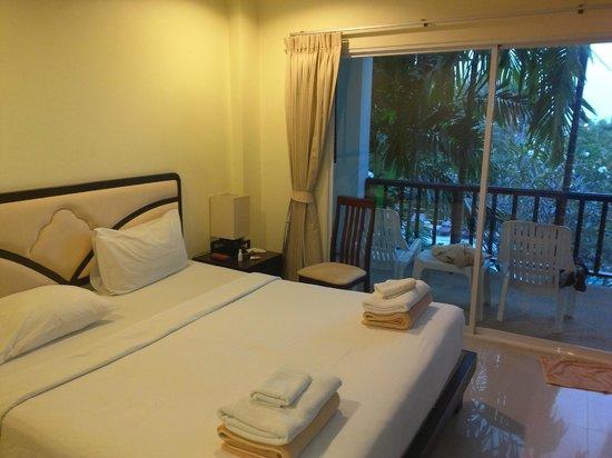 Lamai Buri Resort: Номер с огромной кроватью.