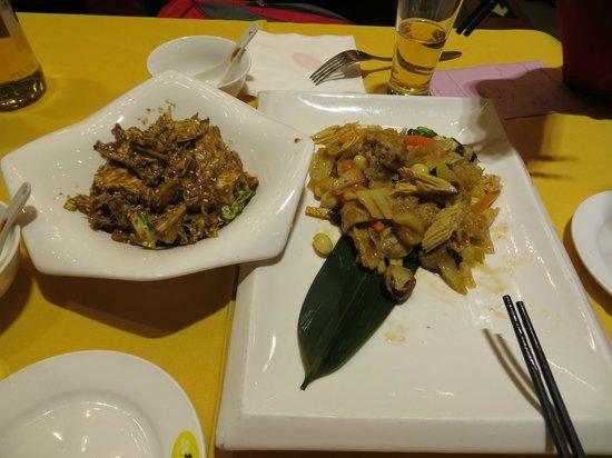 GongDeLin Sucai Restaurant: блюдо слева не очень понравилось, а вот справа было очень вкусным