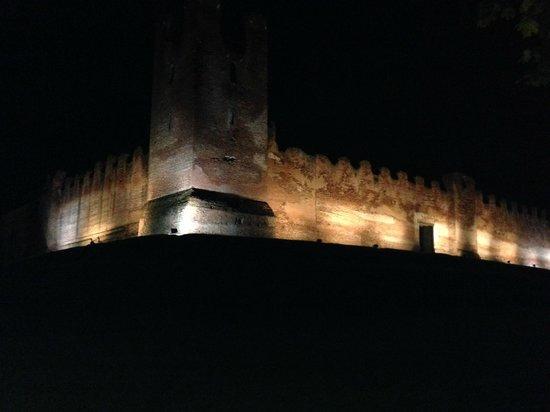 Best Western Albergo Roma: Walls at night
