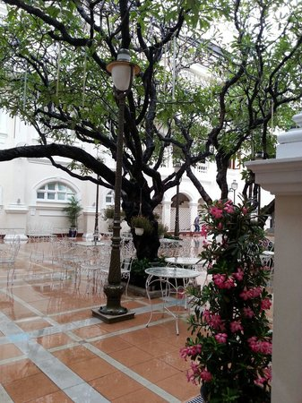 Hotel Continental Saigon: Courtyard