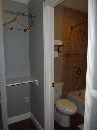 Hotel Salina Long Beach : Closet and bathroom