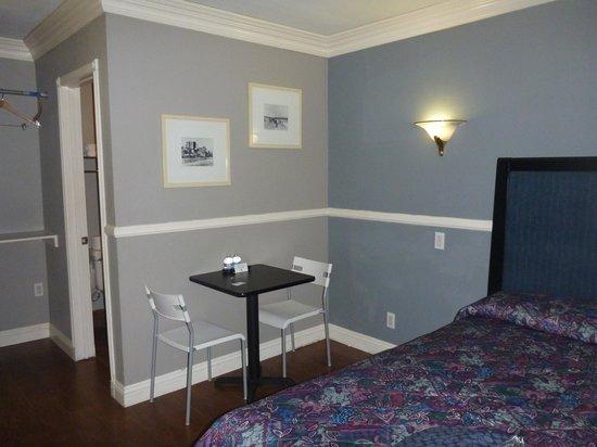 Hotel Salina Long Beach : Table in room