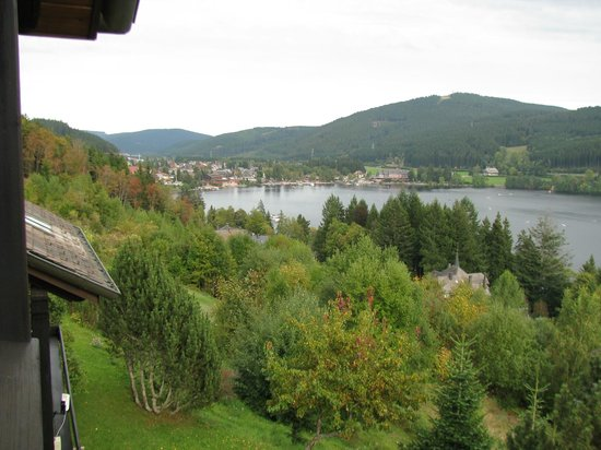 Boutique-Hotel Alemannenhof: Blick vom Zimmer auf Titisee (See) + Titisee (Ort)