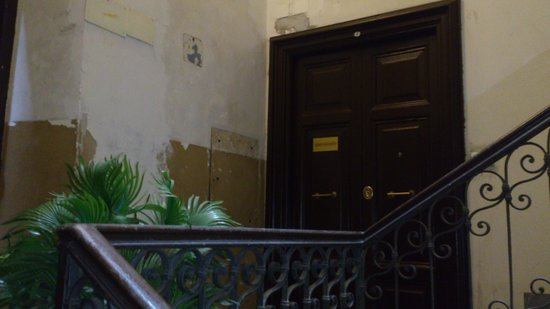"""Hotel Roma Mansion: Entrada al """"hotel"""""""