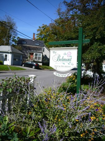 Belmont Inn: Look for this sign for good times!