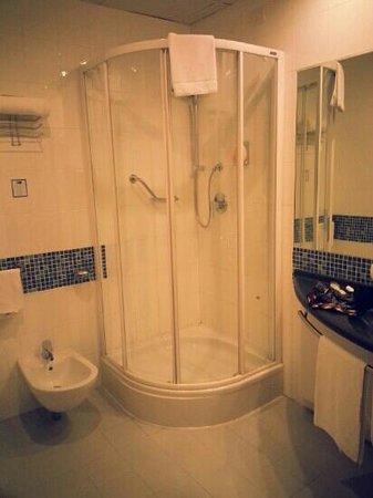 Holiday Inn Express Bologna-Fiera: il bagno spazioso e confortevole