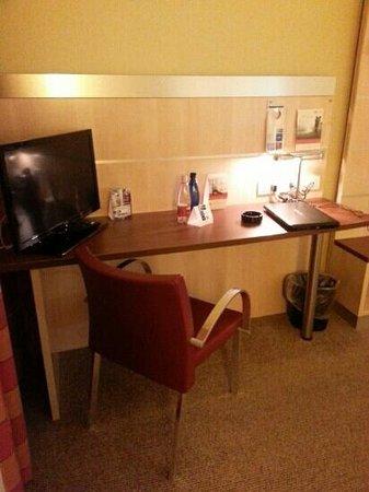 Holiday Inn Express Bologna-Fiera: scrivania, tv e acqua in omaggio
