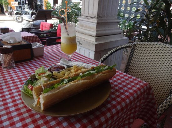 La Boulangerie-Cafe: Roasted chicken on baguette with pineapple shake