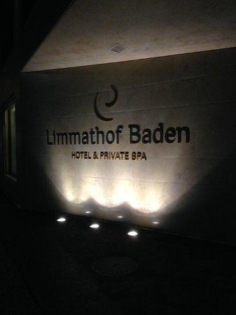 Limmathof Baden Hotel & Spa : Front entrance at night