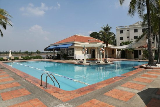 Riverside Serviced Apartments : Piscine + restaurant