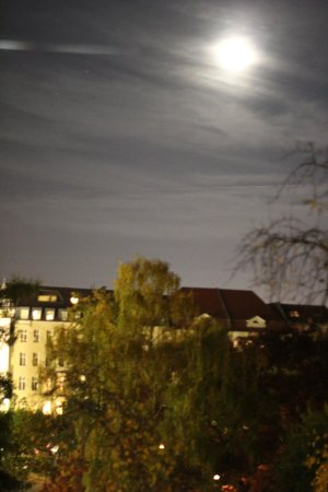 Pension Am Park: October full moon from the window