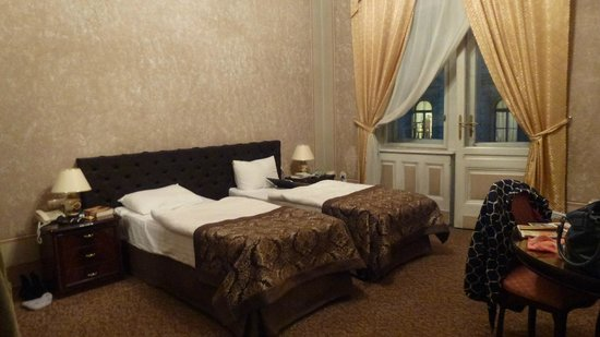 George Hotel: Our double room with twin beds.