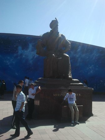 Observatorio Ulugh Beg: Памятник Мирзо Улугбеку