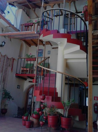 Hotel Casona les Pleiades: Visão da Recepção do hotel em direção aos quartos