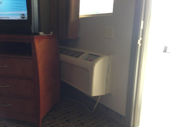 Economy Inn & Suites: AC/Heater