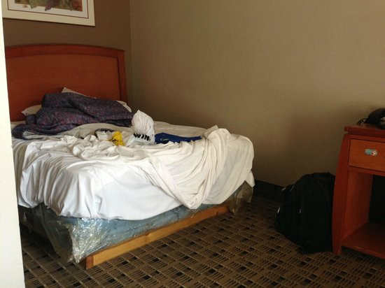 Economy Inn & Suites: Bed (sorry for the mess)