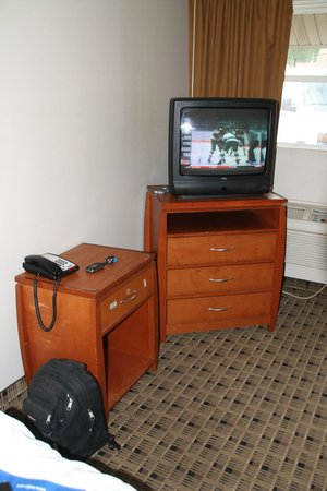 Economy Inn & Suites: TV