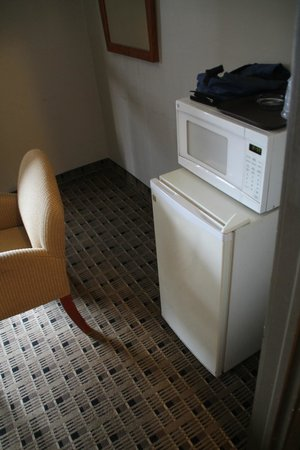 Economy Inn & Suites: Microwave/fridge