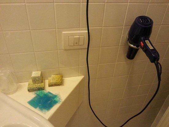 Hotel Ristorante Primavera: Hair dryer and goodies included