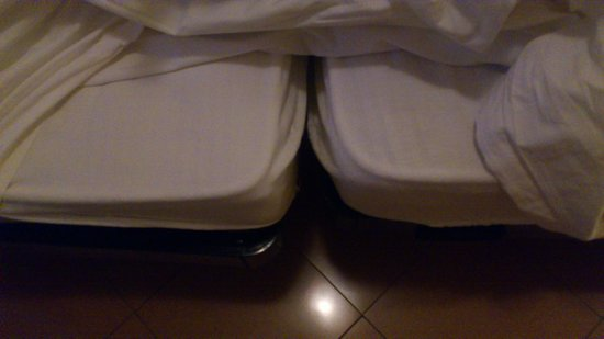 Hotel Joli : Twin beds - not double bed.