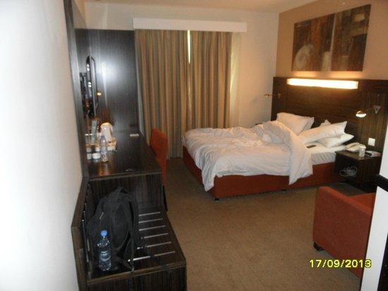 Holiday Inn Express Dubai - Safa Park: Bed and room inside