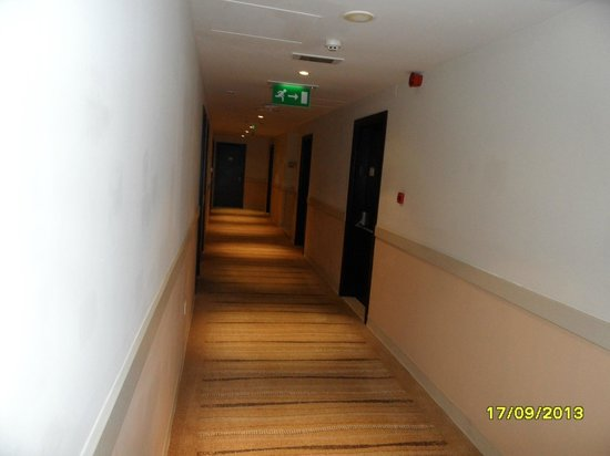 Holiday Inn Express Dubai - Safa Park: Corridor