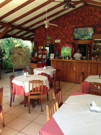 Hotel Colinas del Sol: Restaurant and bar with friendly member of the staff