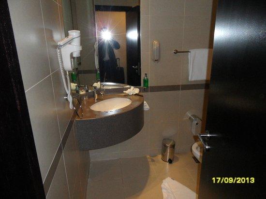 Holiday Inn Express Dubai - Safa Park: Toilet