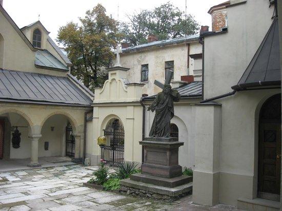 Armenian street: В дворике Армянской церкви