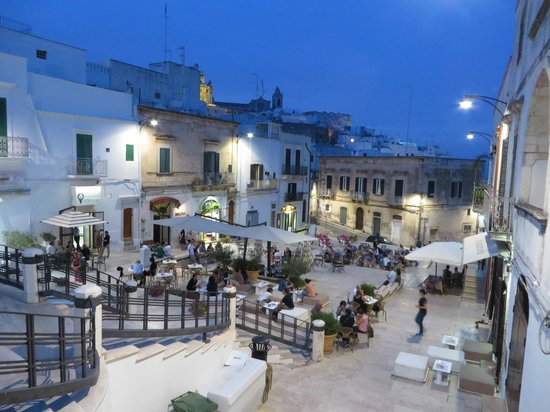 Ostuni Palace Hotel Meeting SPA: Lots of nightlife in downtown Ostuni.