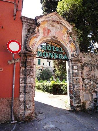 Villa Bonera : Узкий въезд